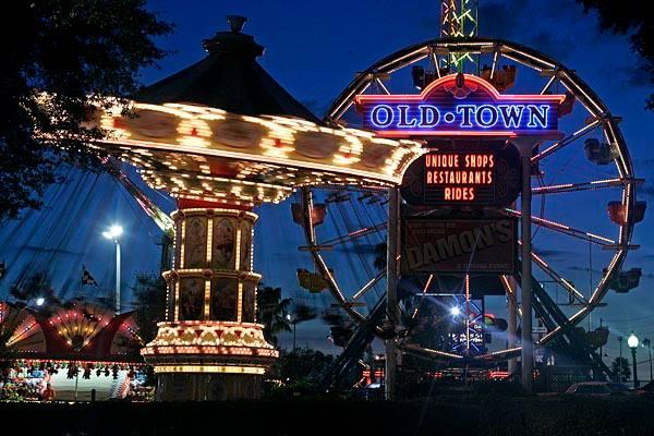 Volte no tempo no distrito Old Town em Orlando