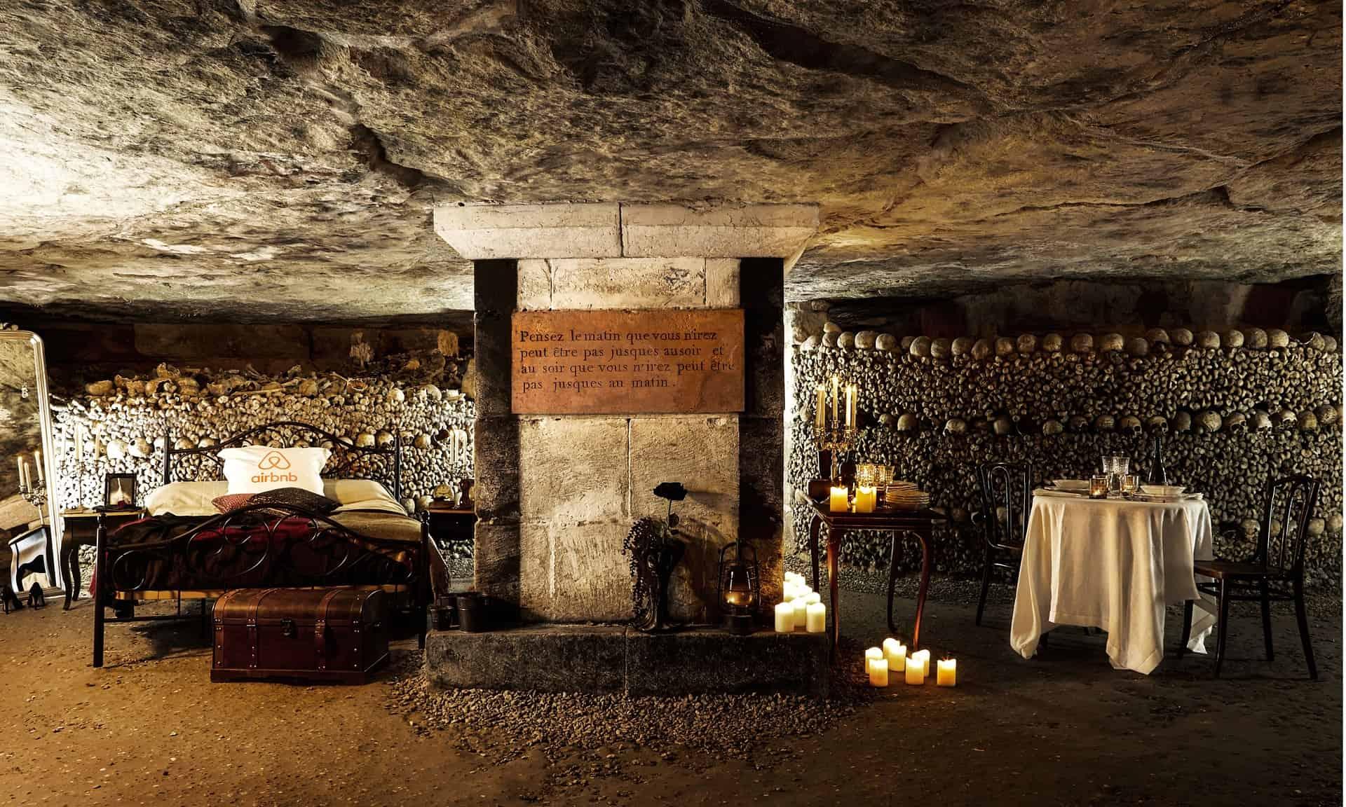 Você teria coragem de dormir numa catacumba de Paris em pleno Halloween?