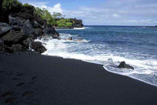 10 praias de areia colorida para conhecer antes de morrer