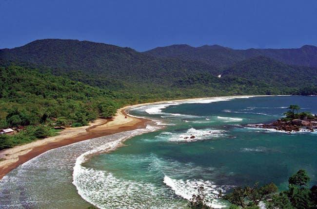 Isolada e selvagem, praia de Castelhanos é um passeio imperdível em Ilhabela