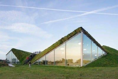 Museu na Holanda surpreende por design moderno que mistura vidro e verde