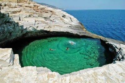 Piscina natural no meio das rochas, Lagoa Giola é atração diferente na Grécia