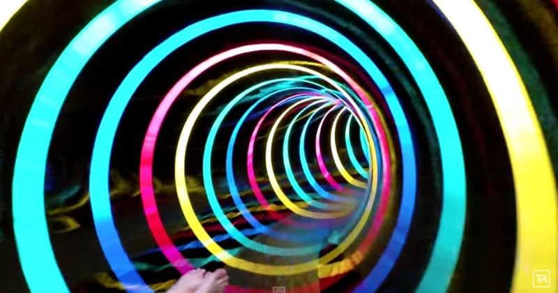 """Toboágua """"The Black Hole"""" na Alemanha é uma viagem alucinante entre luzes coloridas"""