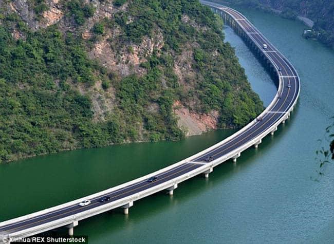 Na China, estrada construída sobre um rio se destaca pelo visual incrível