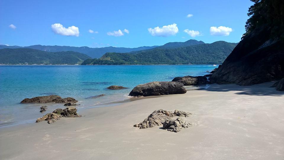 As 10 melhores praias de nudismo no Brasil e no Mundo