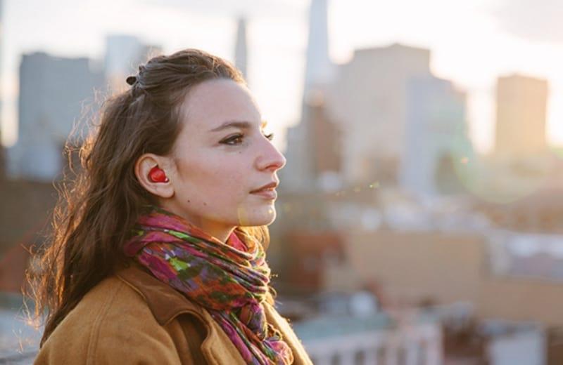 Aparelho de ouvido traduz idiomas simultaneamente e chegará ao mercado neste ano