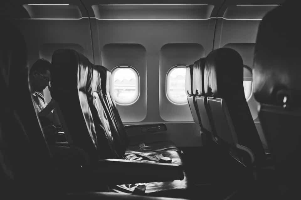 Qual é a melhor poltrona do avião para viajar? Confira as dicas para se dar bem