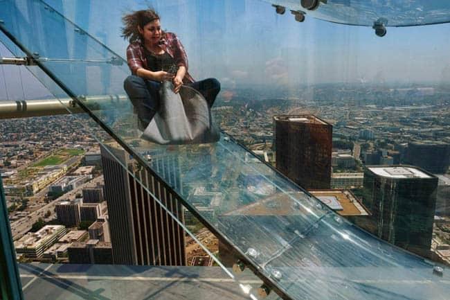 Enquanto você trabalha, pessoas se divertem no tobogã invisível em Los Angeles