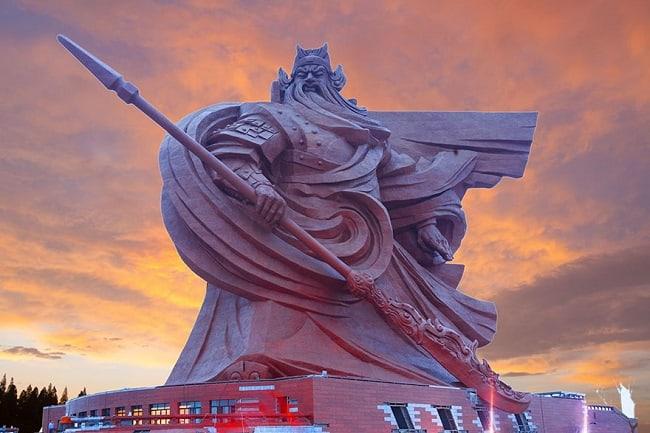 Estátua de 1.320 toneladas retrata Deus da Guerra na China