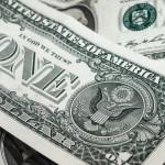 Por que o dólar turismo é mais caro que o dólar comercial?