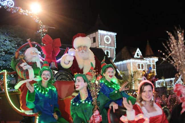 Papai Noel e desfiles lúdicos tomam conta do evento Magia de Natal em Blumenau