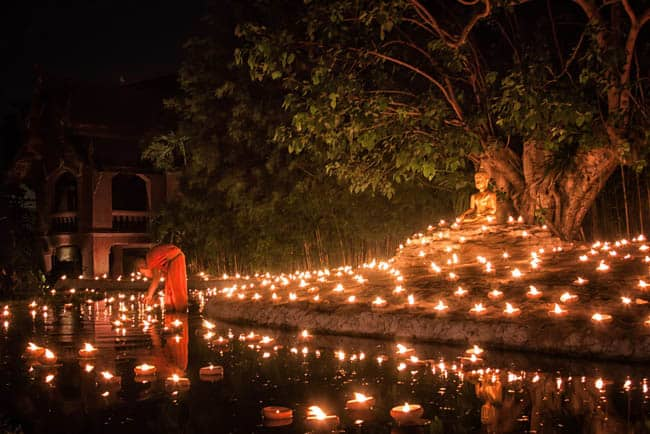 Com luzes e fé, Visakha Bucha celebra Buda na Tailândia