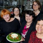 Comida afetiva: vovós do mundo todo cozinham em restaurante em Nova York