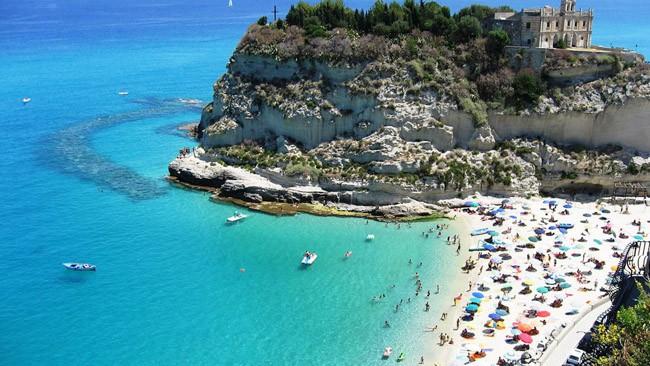 Praia de Tropea durante o verão na Itália