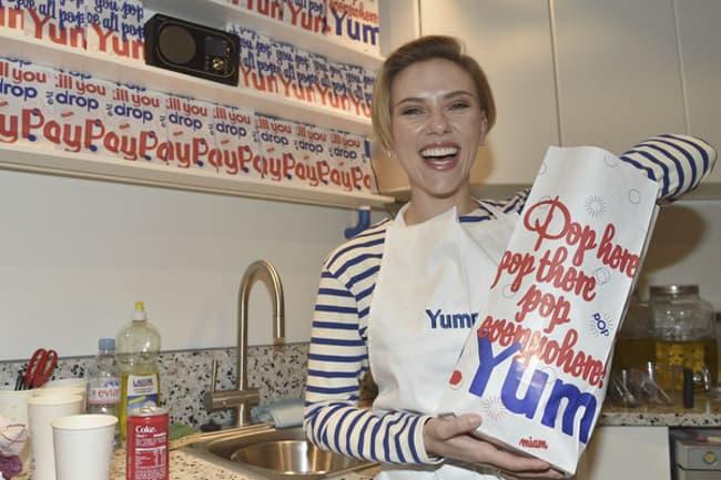 Scarlett Johansson abre loja de pipocas em Paris