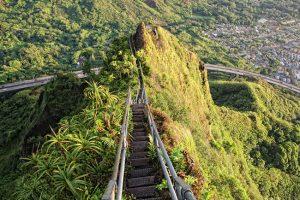 Escadaria com quase 4 mil degraus no Havaí oferece um visual impressionante para Oahu