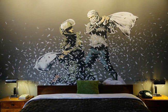 Polêmico na arte urbana, Banksy cria hotel recheado com suas obras na Cisjordânia