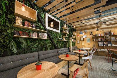 Descubra a 9 trescuartos, um descolado café e livraria em Medellín, na Colômbia