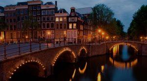 Que tal viajar para Europa com stopover em Paris ou Amsterdam?