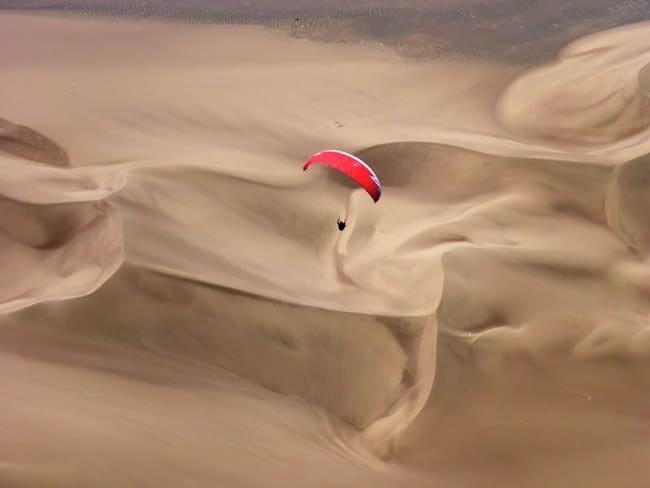 Em Iquique, paragliders se divertem na maior duna do Chile e voam a partir do chão