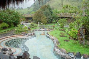Termas dentro da cratera de um vulcão são parada obrigatória em Quito