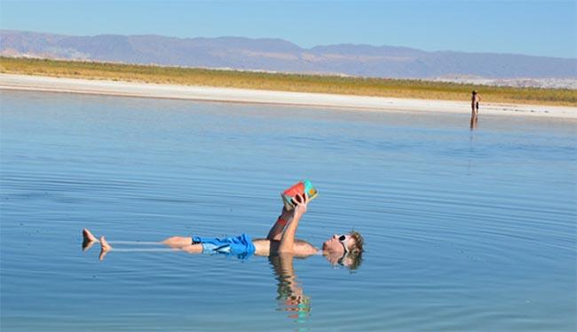 Com paisagem surreal no Chile, a Laguna Cejar não deixa ninguém afundar