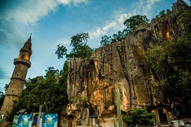 Gruta descoberta no século 17 abriga o Santuário Bom Jesus da Lapa na Bahia