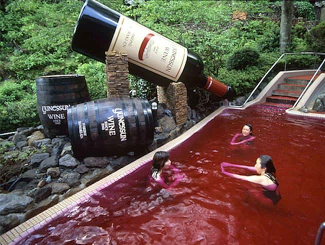 Mergulhe em piscinas de vinho, saquê, café ou chá no Yunessun Spa Resort, no Japão