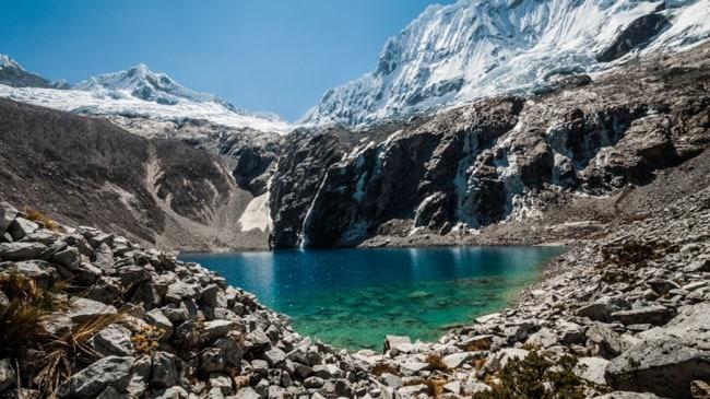 Entre cordilheiras nevadas surge uma joia natural chamada Laguna 69, no Peru