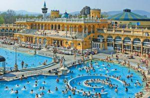 Que tal uma festinha no Termas de Széchenyi, em Budapeste?