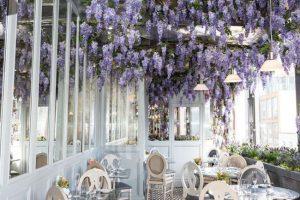 Restaurante em Londres oferece chá da tarde rodeado deflores
