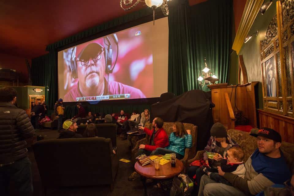 McMenamins: o lugar ideal para quem ama cinema, cerveja e música no EstadosUnidos