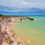 Conheça Cumuruxatiba, a primeira praia descoberta por Pedro Álvares Cabral na Bahia