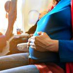 Grávida pode viajar de avião? Confira as dicas e restrições