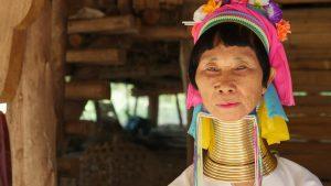 """Conheça a origem da tribo Karen, onde vive parte das """"mulheres girafas"""" da Tailândia"""