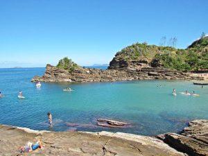 Praia da Ferradurinha em Búzios: tranquilidade para toda a família