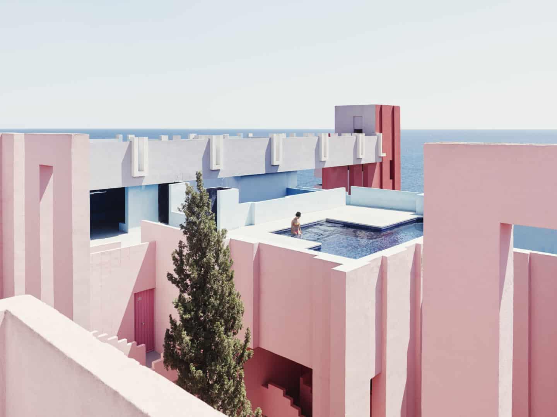 Que tal passar uma noite na Muralla Roja, um dos prédios mais icônicos daEspanha?