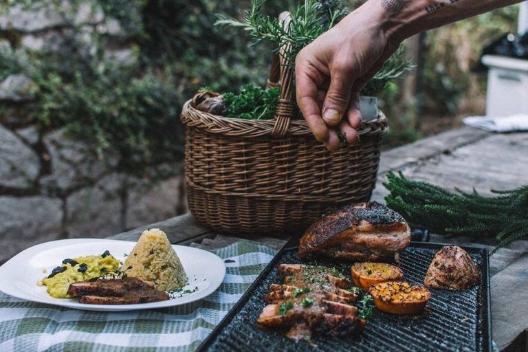 Numa casa em Itaipava, La Mesa Gastro Lar serve refeições caseiras para comer sem pressa