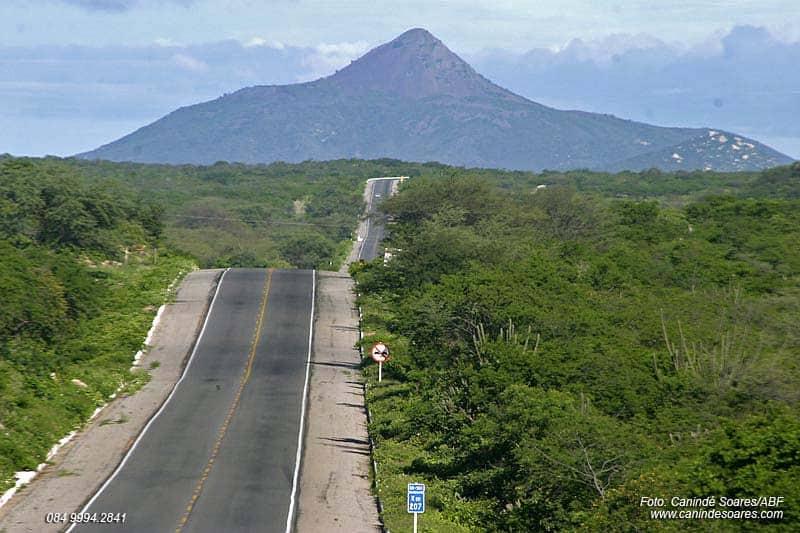 Já imaginou subir num vulcão no Brasil? Descubra o Pico do Cabugi, no Rio Grande do Norte