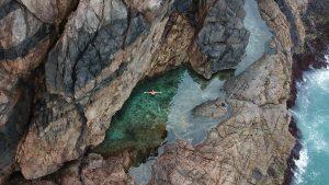 Piscina natural secreta atrai turistas para o Lago do Amor em Arraial do Cabo