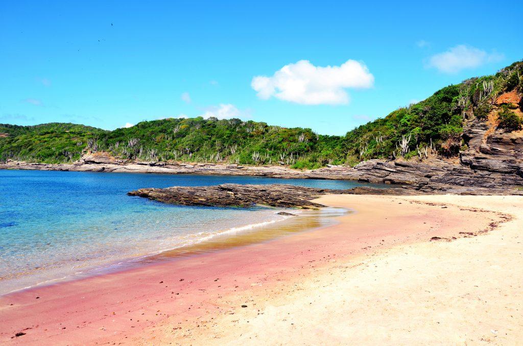 Mar azul e areia vermelha formam a paisagem exótica da Praia do Forno, em Búzios
