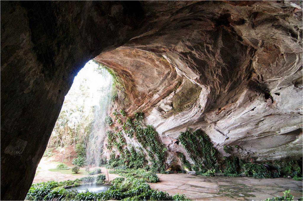 Sacramento reúne cachoeiras e a maior gruta de arenito da América Latina em plena Serra da Canastra