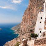 Mosteiro em penhasco e baías exuberantes são atrativos da Ilha de Amorgos, naGrécia
