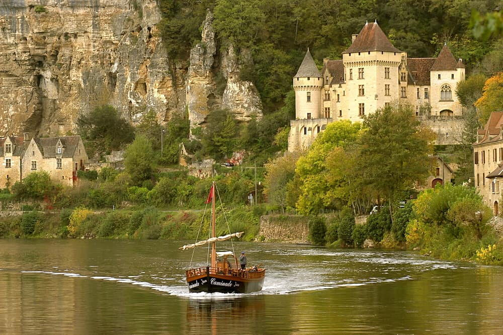 Encante-se com a pequena vila medieval de La RoqueGageac, na França