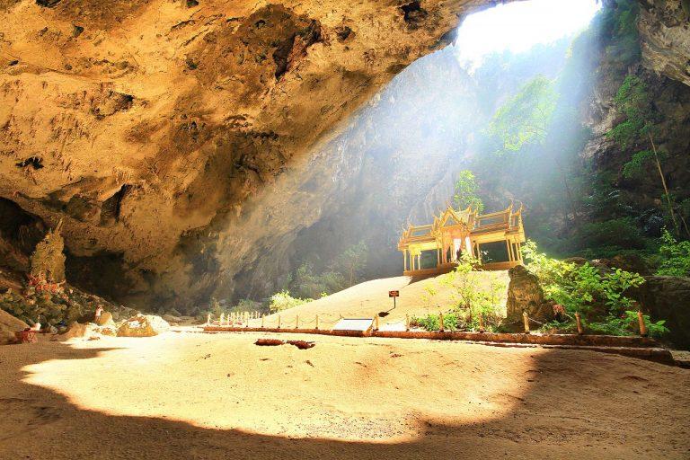 Encante-se pela Caverna Phraya Nakhon na Tailândia que guarda um templo misterioso