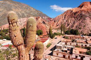 A pitoresca vila de Purmamarca e sua montanha de sete cores