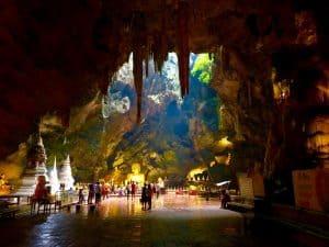 A incrível Caverna Tham Khao Luang na Tailândia com um templo budista
