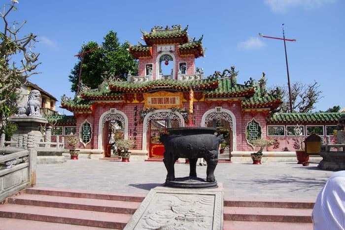 Na foto, vemos a fachada de um pagode tipicamente chinês, todo ornamentado, uma das principais características de Hôi An