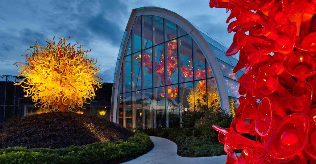 Jardim e galeria de arte em Seattle exibe incríveis obras de vidro colorido