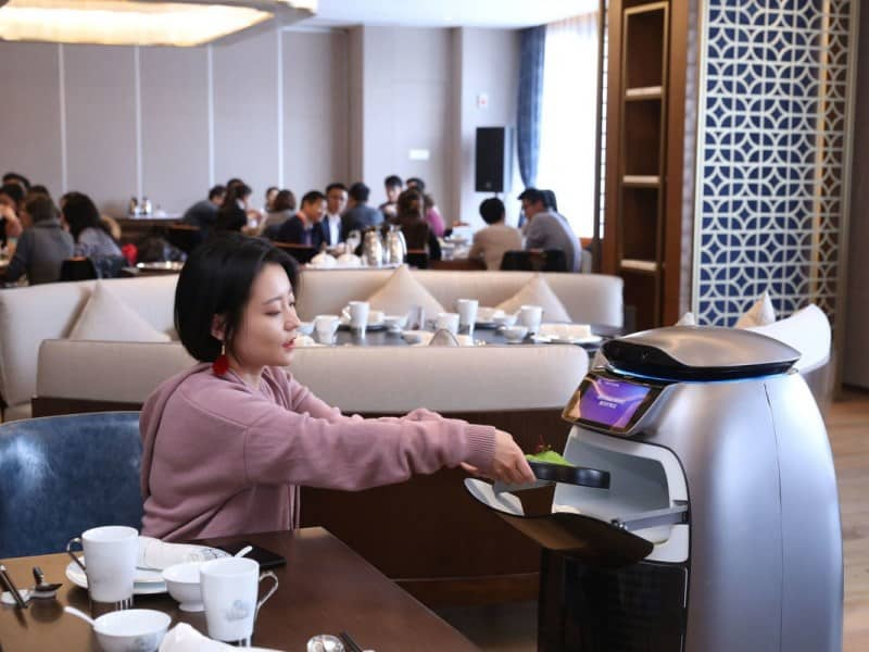 Hotel futurista do Alibaba tem robôs que entregam toalhas e comidas para os hóspedes